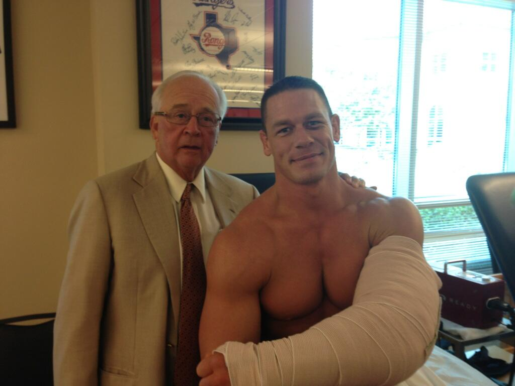 John Cena sale con éxito de su operación