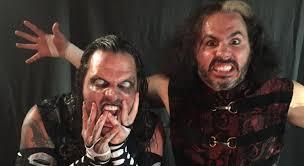 Matt Hardy y Jeff Hardy cantan con el público en el Manhattan Center